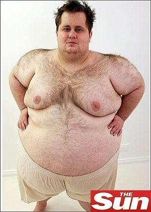 Sexta-feira (9/3) - O inglês Rob Gillett, 25, que pesa 226,7 kg, é um raro exemplo de alguém cujo tamanho da cintura é maior que o comprimento da sua altura. Chamado de 'Rosquinha-Humana', Rob mede 1,52 m de altura, enquanto sua circunferência mede 1,83 m. Ele, que mora em Bridgend, no Reino Unido, conta que tem uma 'quedinha' por doces e come muito donuts de creme, chocolate, biscoitos, bolos e cerca de um litro de refrigerante por dia, ou seja, consome cerca de 7.000 calorias diárias.