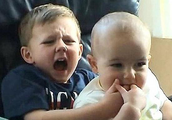 Segunda-feira (12/3) - É bem possível que você já tenha visto o vídeo 'Charlie Bit My Finger'(Charlie mordeu meu dedo, em inglês). Nele, o pequeno Charlie Davies-Carr, na época com 1 ano, morde o dedo de seu irmão mais velho, Harry, 4. Desde maio de 2007, o clipe de 56 segundos foi repetido 427 milhões de vezes, e tornou-se o vídeo não comercial mais visto da história do YouTube.