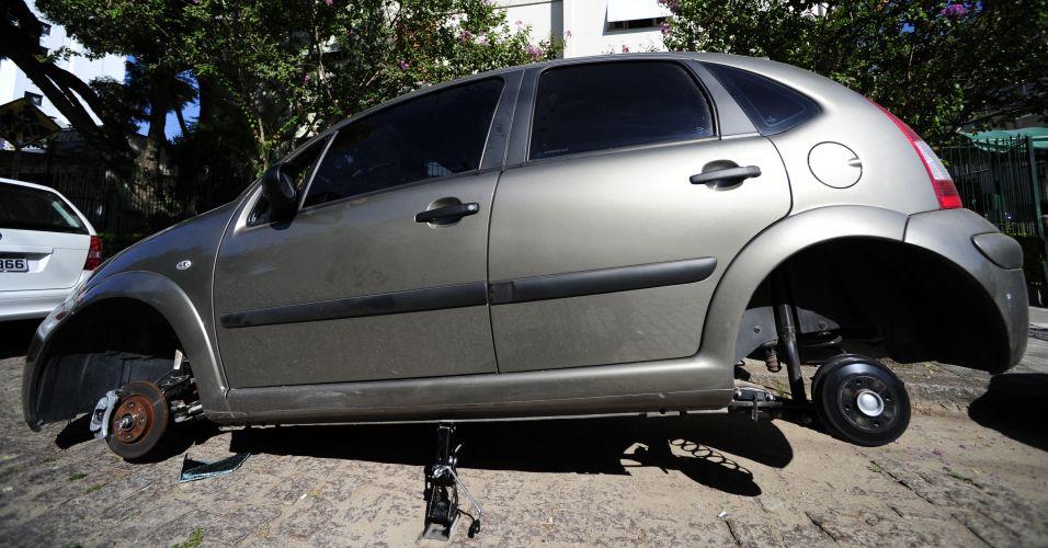 Segunda-feira (12/3) - Criminosos quebraram um dos vidros de um Citroën C3, abriram o capô, romperam os cabos da bateria, desativando o alarme, ergueram o veículo com auxílio de dois macacos e levaram as quatro rodas do carro - tudo isso em 15 minutos, no bairro Menino Deus, em Porto Alegre (RS)