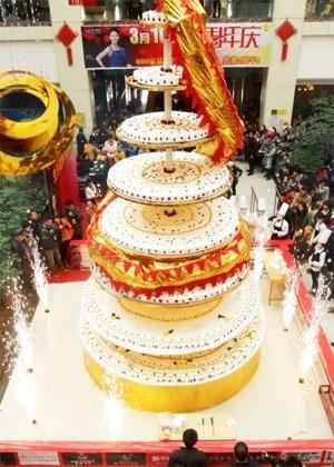 Quarta-feira (14/3) - Mais de 20 chefs trabalharam durante 24 horas, na China, para fazer o bolo mais alto do mundo. Com oito metros de altura, a sobremesa contou com 500kg de ovos, 260 kg de farinha, 200 kg de creme, 100 kg de frutas e 80 kg de chocolate. Como o bolo era grande demais para ser feito e exposto em uma confeitaria, o local escolhido para bater o recorde foi dentro de um shopping de Luoyang, na província chinesa de Henan. De acordo com nota do Metro.co.uk, mais de 3.000 pessoas devoraram a delícia.