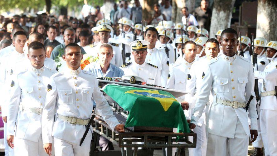 Quinta-feira (15/3) - Corpo do militar Roberto Lopes dos Santos, morto durante um incêndio na Estação Comandante Ferraz, na Antártica, foi enterrado com honras no cemitério do Caju, no Rio de Janeiro