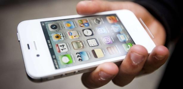 Quinta-feira (15/3) - Perdeu seu smartphone? Se você for do tipo que carrega a vida no aparelho, má notícia: não dá para confiar no bom senso e honestidade das pessoas que o encontrarem. Pelo menos é isso o que mostra uma pesquisa da empresa de segurança Symantec, divulgada hoje no 'Daily Mail'. A grande maioria das pessoas (96%) não vai resistir e acabará tentando acessar as informações pessoais contidas no aparelho, como fotos e contas em redes sociais ? e 43% delas vão tentar xeretar até mesmo contas bancárias. Para completar os números preocupantes, só metade dessas pessoas vai tentar encontrar o dono.