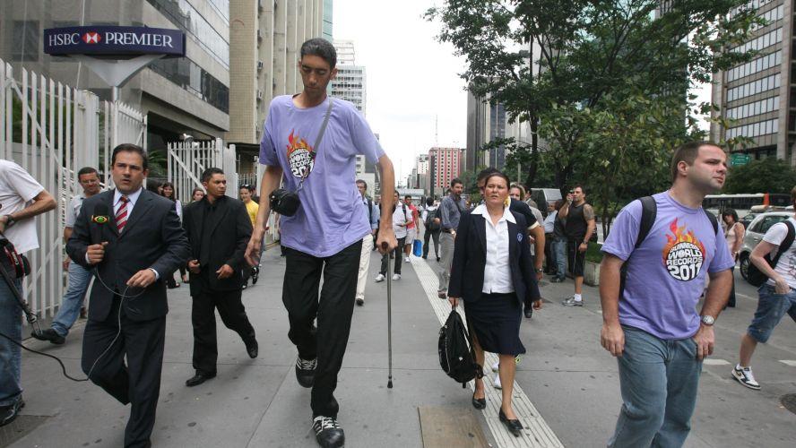 Sexta-feira (16/3) - O homem mais alto do mundo, o turco Sultan Kosen, de 2,51 metros de altura e 29 anos, parou de crescer depois que um médico conseguiu sanar sua acromegalia, uma doença que impede o fim do período de crescimento. Na foto, de 22 de novembro de 2010, Kosen visita avenida Paulista, em São Paulo.