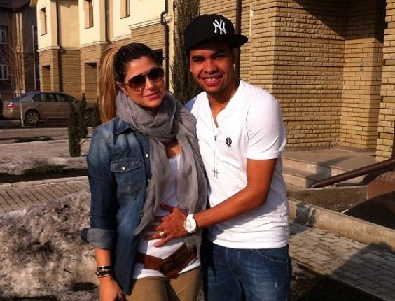 Terça-feira (20/3) - Dani Souza, ex-Mulher Samambaia, grávida de três meses, posa ao lado do namorado, o jogador de futebol Dentinho.