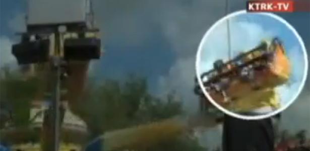 Terça-feira (20/3) - Um vídeo que circula pela internet, da emissora KTRK-TV, afiliada da rede ABC em Houston (EUA), mostra o acidente de uma garota de três anos em um brinquedo do parque de diversões Houston Livestock Show and Rodeo, ocorrido no último dia 14 de março. O vídeo, filmado por um parente, mostra a criança escorregando do banco e, poucos segundos depois, com o corpo dependurado no brinquedo Techno Jump. Ela caiu e foi levada ao hospital com concussões.