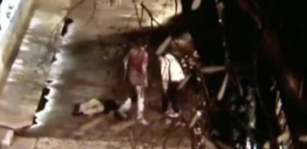 Terça-feira (20/3) - Câmeras de segurança flagraram dois jovens espancando um homem de 43 anos no centro de Embu da Artes (Grande SP). Eles foram presos por policiais chamados pela namorada da vítima, que presenciou toda a agressão. De acordo com a SSP (Secretaria de Segurança Pública), o crime aconteceu em uma praça próximo à rua Padre Belchior de Pontes, por volta das 2h.