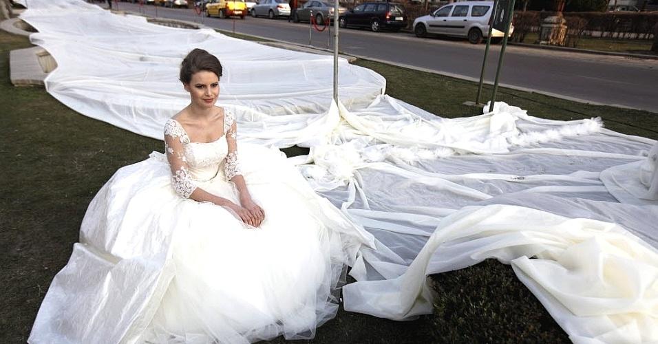 Quinta-feira (22/3) - Modelo Emma Dumitrescu, 17, exibe vestido de noiva com a cauda mais longa do mundo nesta terça-feira (20), na Romênia. A cauda, que demorou 100 dias para ser costurada, tem 2,750 quilômetros de comprimento. O recorde anterior era de 2,488 km.