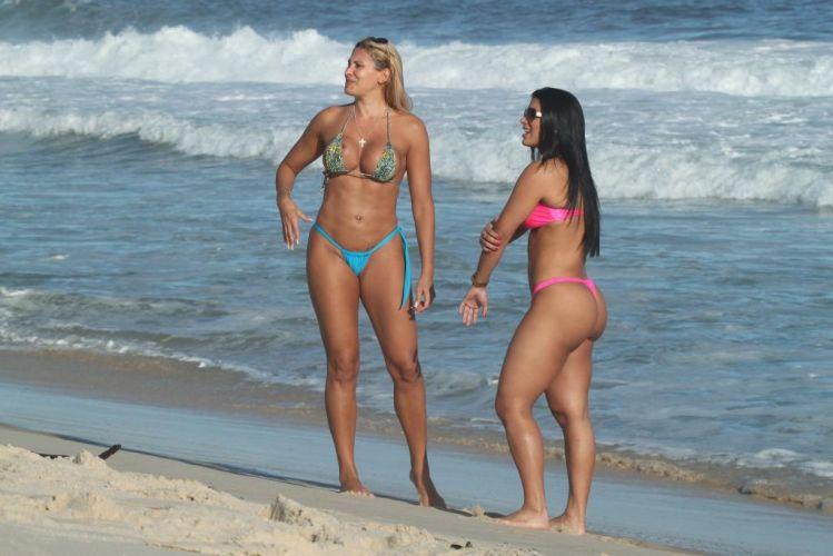 Segunda-feira (19/3) - Ângela Bismarchi e a dançarina Juliane Almeida exibem boa forma na praia da Reserva, no Rio de Janeiro.