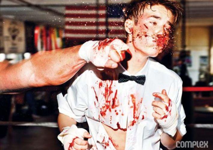 Segunda-feira (19/3) - O cantor teen Justin Bieber apanhou durante uma luta de boxe criada pela revista 'Complex'. Mas é claro que não foi de verdade. De terno e gravata, Bieber
