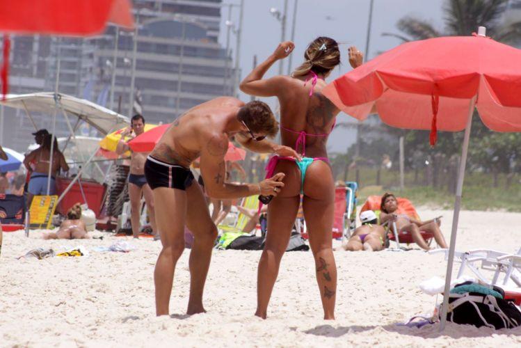Sexta-feira (20/12) - Exibindo a boa forma, a panicat Jaque Khury aproveita o dia ao lado do namorado Rafael, na praia da Barra da Tijuca, no Rio de Janeiro.