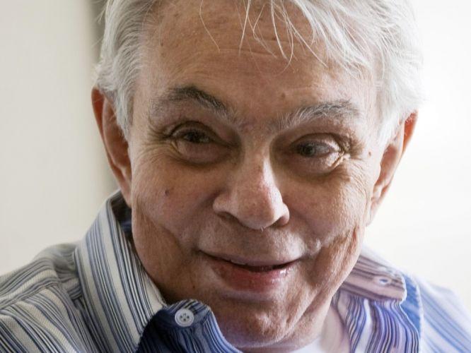 Sexta-feira (23/3) - O humorista, ator e escritor Chico Anysio morreu às 14h52 desta sexta-feira (23), aos 80 anos, em decorrência de falência de múltiplos órgãos. Chico não resistiu a uma parada cardiorrespiratória. O comediante estava internado no hospital Samaritano, no Rio de Janeiro.