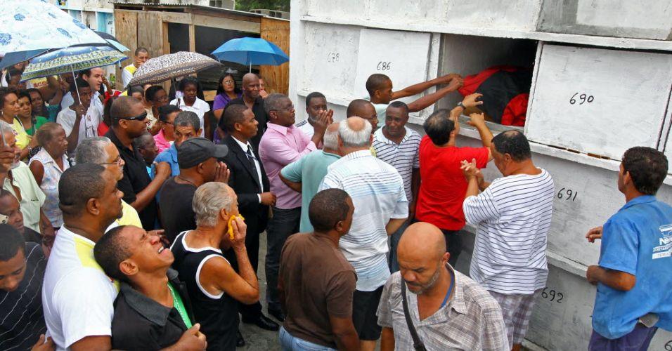 Sexta-feira (27/1) - Amigos e familiares de Celso Braga Cabral Filho, 44, uma das vítimas dos desabamentos no Rio de Janeiro, acompanham seu sepultamento no cemitério do Muruí, em Niterói (R). Na noite de quarta-feira (25/1), três prédios desabaram no centro do Rio, deixando mortos e feridos.