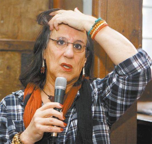 Sexta-feira (27/1) - O cartunista Laerte Coutinho se veste de mulher há três anos, após aderir ao crossdressing (vestir-se como o sexo oposto) e se 'consolidar' como travesti. Mesmo assim, foi proibido de entrar no banheiro feminino de uma pizzaria da zona oeste de São Paulo. O caso chegou à Secretaria da Justiça do Estado, e a coordenadora estadual de políticas para a diversidade sexual, Heloísa Alves, ligou para avisar que ele pode reivindicar seus direitos. Segundo ela, a casa feriu a lei estadual 10.948/2001, sobre discriminação por orientação sexual ou identidade de gênero.