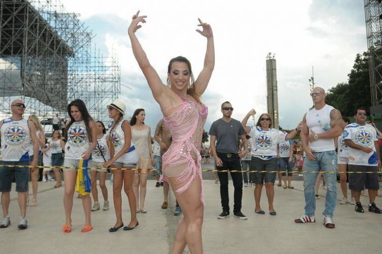 Sexta-feira (27/1) - A ex-BBB Michelly Crisfepe apareceu com o corpo definido e musculoso no ensaio técnico da escola de samba Águia de Ouro, em São Paulo, na quarta-feira (25/1).